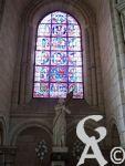 La cathédrale - Verrière et statue