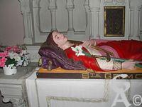 La chapelle Sainte Grimonie - Sainte Grimonie : Fille du roi d'Irlande, est née au sein d'une famille fortement attachée au culte des idoles (paganisme). Elle sera, à l'âge de douze ans, instruite du dogme catholique et baptisée à l'insu de ses parents et de ses proches. Lors d'une guerre dont la Thiérache fut le théâtre, la Capelle fut presque détruite est livrée aux flammes. Certains habitants se montrèrent  plus prompt à sauver les reliques de leur patronne qu'à se sauver eux mêmes. Ils transportèrent la chasse  à Lesquielles, un village situé à quelques lieues, où les reliques de Sainte Preuve étaient déjà conservées. Les nombreuses guerres entre seigneurs locaux forcèrent les habitants à enfouir sous terre leurs précieuses reliques. Elles y restèrent jusqu'au début du XIIIe siécle.