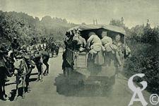 Guerre 1914-1918 - Des chasseurs d'Afrique, revenant des combats livrés au Sud du Chemin des Dames, croisent des fantassins que des autos-camions mènent au feu.