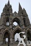 St Jean des Vignes - L'abbaye Saint Jean des Vignes est l'édifice le plus spectaculaire de la ville de Soissons. Fondée en 1076, l'abbaye acquiert très vite une grande renommée. Dès le XIIIème siècle, période d'épanouissement, des travaux d'agrandissement et d'aménagement sont entrepris : les pierres de l'édifice roman sont réutilisées pour la construction des nouveaux bâtiments gothiques. A cette période, l'abbaye était un grand centre monastique spirituellement et l'un des plus riches du Moyen Age économiquement.  La construction de l'ensemble conventuel s'étale jusqu'en 1565, on aura aussi pris la peine de construire des fortifications pour l'abbaye en 1359, puis de les intégrer à celles de la ville au XVIIème. Puis, tout doucement, l'abbaye perd de son aura et de son influence pour tomber en désaffection. Un décret de 1805 ordonne la démolition de l'église afin de récupérer les pierres pour la restauration de la cathédrale. Seule la façade sera épargnée. Le cloître est amputé. Il ne reste que deux galeries du XIVème. Le réfectoire et le cellier sont de très beaux témoignages de la splendeur passée ; aujourd'hui le