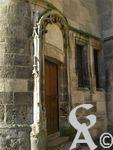 L'ancien refuge de l'abbaye Saint Vincent - Un site historique et archéologique de premier plan. Il ne subsiste actuellement presque plus rien de la première abbaye de Saint-Vincent, implantée au VIIe siècle. Plusieurs bâtiments d'époques différentes coexistent à l'intérieur des 3 km de remparts qui ceinturent le domaine. Inscrite au répertoire des monuments de France, cette abbaye fut autrefois un haut lieu culturel. Sa bibliothèque, riche de 20 000 ouvrages, partit malheureusement en fumée au XIVe siècle, lors de la guerre de Cent ans. L'armée, propriétaire actuel des lieux, a entrepris de nombreux travaux de restauration et des fouilles archéologiques dans les années 1990. Elle a notamment mis au jour de nombreux souterrains, des caves voûtées, ainsi qu'un sarcophage.