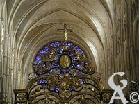 La cathédrale - La rosace de la façade principale de la cathédrale de Laon. Elle a été refaite en 1860 en utilisant comme modèle une rose qui existe toujours sur la façade du chevet de la cathédrale. Cette rose qui a servi de modèle date de 1205-1215, donc du tout début du 13ème siècle.