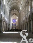 La cathédrale - Autel et vitraux de la cathédrale de Laon.