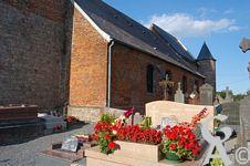 L'église - Fortifiée Notre-Dame de l'Asssomption :  L'édifice a sa façade sud agrémentée de différents motifs décoratifs, réalisés en briques vitrifiées. La date de 1714 y apparaît aussi, tracée en grand, au niveau de la dernière fenêtre de la nef du côté du chœur.