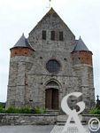 L'église - La façade date du XIIIe ou XIVe siècle, la nef ayant certainement été rajoutée plus tard. Elle est en grande partie en grès, le portail est en tiers-point et on note de nombreuses meurtrières situées à hauteur d'homme le long des parties les plus anciennes.