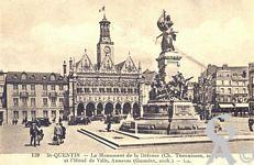 Le monument de 1557 - Monument de la Défense (Ch. Theunissen, sculpteur) et l'Hotel de Ville, Annexes (Guindez, Architecte).