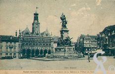 Le monument de 1557 - Le Monument de la défense et l'Hôtel de Ville