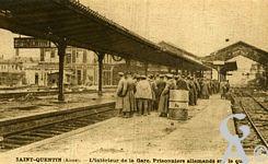 Les Monuments et Edifices en ruines - L'intérieur de la Gare. Prisonniers allemands sur le quai.