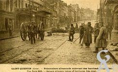 Les rues en ruines - Prisonniers allemands enlevant des barricades rue d'Isle.
