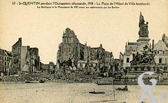 Les rues en ruines - Saint-Quentin pendant l'occupation allemande, 1918. La Place de l'Hôtel de Ville bombardée. La Basilique et le Monument de 1557 avant son enlévement par les allemands.