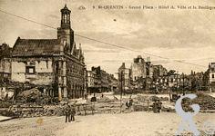 Les rues en ruines - Grand' Place - Hôtel de Ville et la basilique