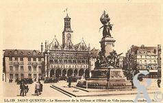 La Place de l'Hôtel de Ville dans le passé - Le Monument de la Défense et l'Hôtel de Ville.