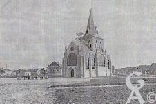 L'église - Achèvement de la construction de la Chapelle le 22 octobre 1923, à noter à l'arrière plan une vue de l'École Enfantine (aujourd 'hui École Étienne Mansart)