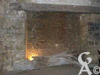 A l'assaut du château-fort - La salle de garde à l'étage inférieur : Salle aveugle munie d'une  imposante cheminée.